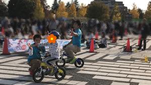 子ども自転車でハイタッチ